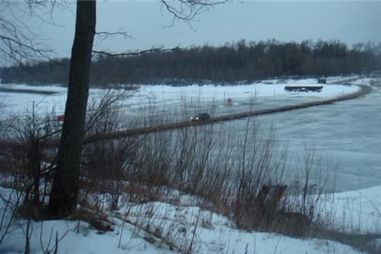 Спасатели патрулируют ледовую переправу через р.Сура