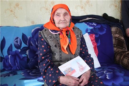 Жительница деревни Тарн-Сирма  принимает поздравления с 90-летием