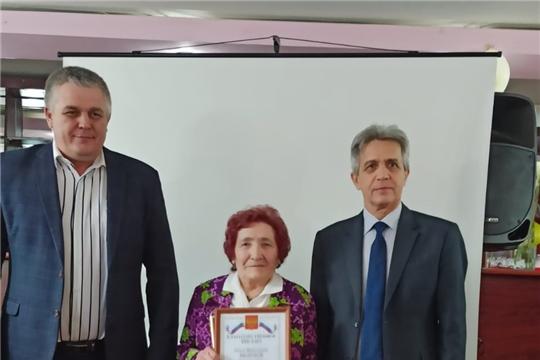 Жительница поселка Саланчик принимает поздравления с 80-летием