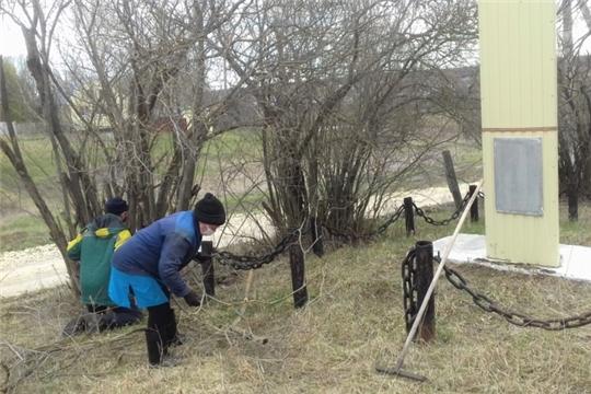 В Торханском поселении проведен субботник по благоустройству территории, прилегающего к обелиску павшим воинам в ВОВ