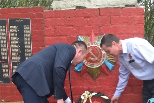 Возложение венков к памятнику ВОВ  в селе Ходары