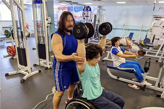 Пауэрлифтер Дмитрий Степанов на тренировочных сборах среди спортсменов с ПОДА