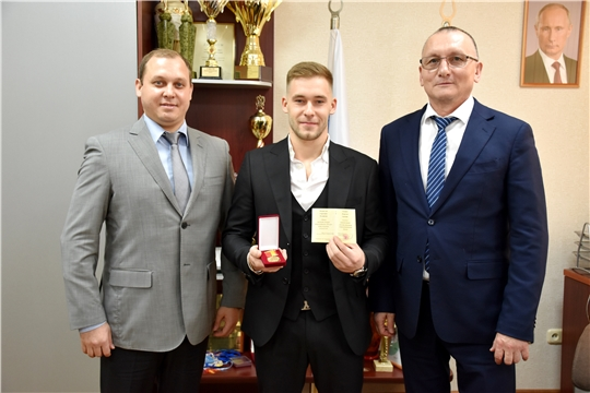Министр Василий Петров встретился с титулованным спортивным гимнастом Владиславом Поляшовым
