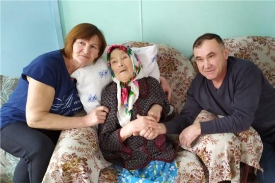 Жительница деревни Эпшики Антонова Васса Антоновна принимает поздравления с 90- летием
