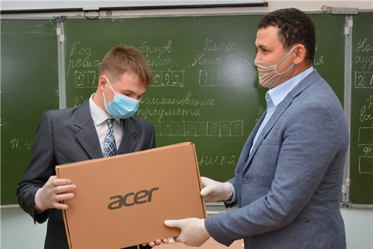Парламентарий Сергей Павлов вручил ноутбук выпускнику 11 класса Кюстюмерской школы