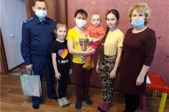 Представители прокуратуры Яльчикского района совместно со специалистами БУ «Яльчикский ЦСОН» Минтруда Чувашии посетили многодетные семьи