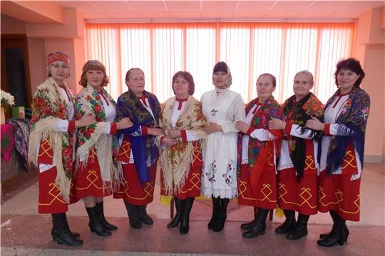 В Медикасинском сельском Доме культуры оформлена красочная выставка платков и шалей