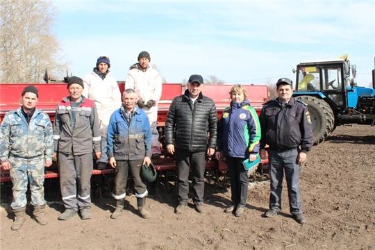 В землю ложились  первые золотые зерна будущего урожая