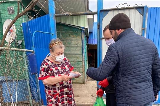 Волонтеры доставляют лекарства и продукты пожилым