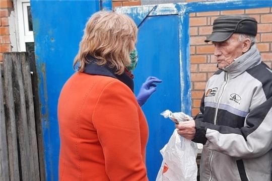 Сотрудники Центра социального обслуживания населения доставляют продукты и лекарства пожилым на дом
