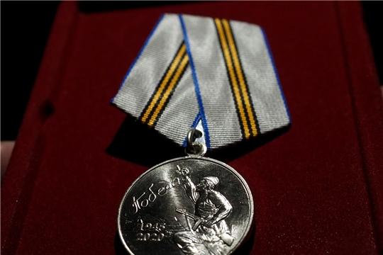 Глава администрации Цивильского района Сергей Беккер вручил медали в честь 75-летия Победы