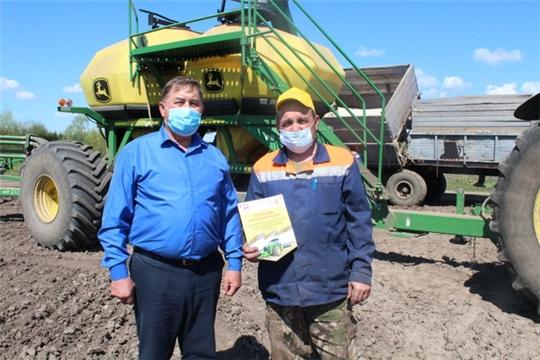 В Цивильском районе продолжается награждение передовых механизаторов, водителей и полеводов,  участвующих в весенне-полевых работах