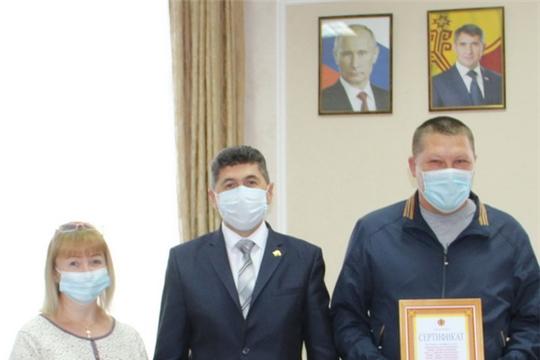 В День защиты детей многодетной семье вручили сертификат на земельный участок