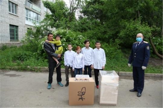 Сотрудники следственного управления Следственного комитета Российской Федерации по Чувашской Республике оказали адресную помощь многодетной семье
