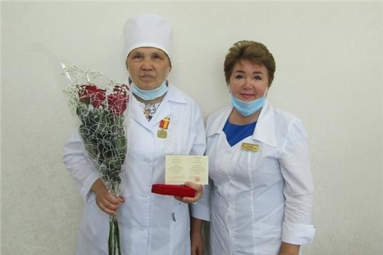 Вручена памятная медаль «100-летие образования Чувашской автономной области» врачу-профпатологу Цивильской ЦРБ