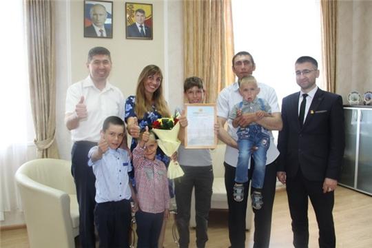 В День Республики в Цивильском районе вручены сертификаты на приобретение жилья молодым семьям